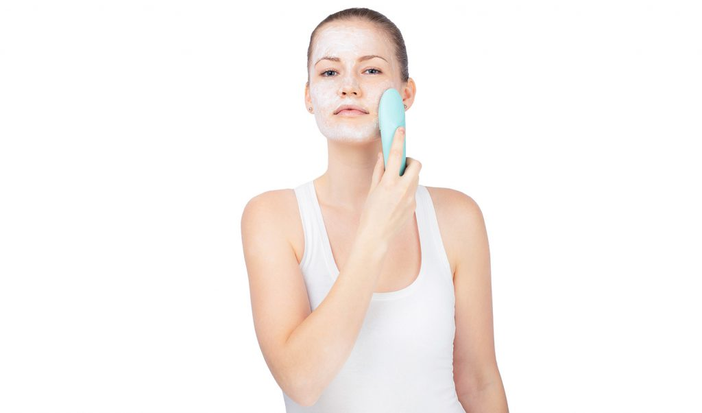 Очищение лица во время умывания